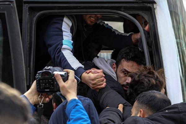 Foto - Aralarında kadın, çocuk ve yaşlıların da olduğu göçmenlerden bazıları, Avrupa sınırında bulunan Edirne'ye gitmek üzere otobüslere binerek hareket etti.
