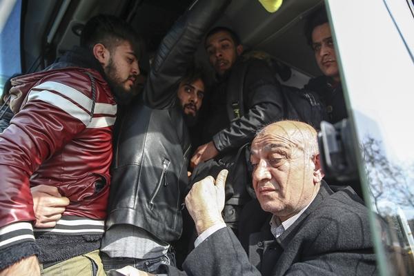 Foto - Otobüse binemeyen düzensiz göçmenlerin Vatan Caddesi'ndeki bekleyişi ise sürüyor.