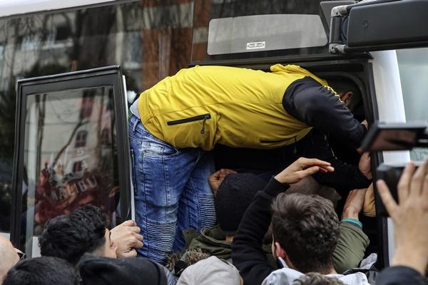 Foto - Göçmenler otobüslere binmek için adeta birbirlerini ezdi.