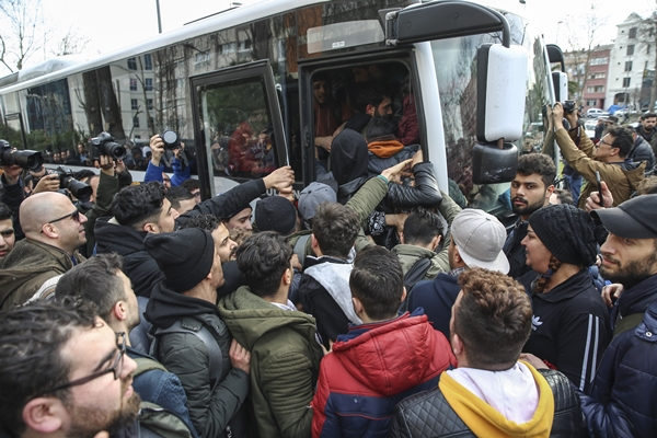 Foto - Avrupa'ya geçmek isteyen İstanbul'daki düzensiz göçmenlerin, Edirne'ye gidişi devam ediyor.
