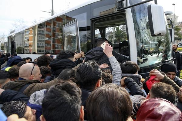 Foto - İstanbul'da yaşayan düzensiz göçmenler, sınıra doğru hareket etmek üzere Vatan Caddesi'nde toplandı.