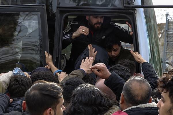 Foto - YÜZEREK GEÇTİLER <br> Bazı mültecilerse sınır kapılarının kapatılmasının ardından Meriç Nehri'ni yüzerek Yunanistan tarafına geçti.
