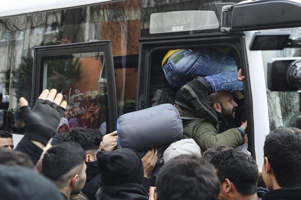 Foto - Türkiye'nin birçok bölgesinde mültecilerin sınıra taşınması için otobüsler kaldırıldı.