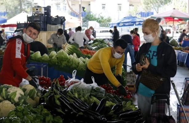 Foto - Sokağa çıkma yasağının ardından pazarda yoğunluk olduğunu belirten pazar esnafı Erkan Akyol,