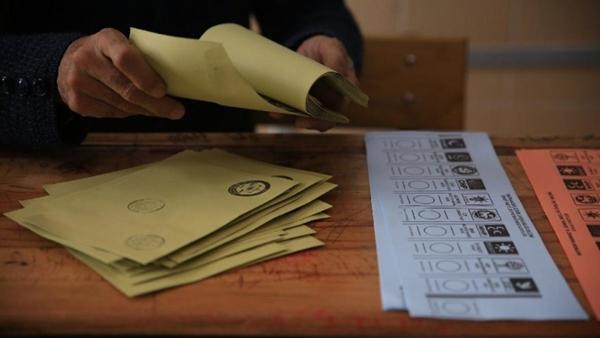Foto - Bugün de durumları farklı değil. Son yerel seçimde İstanbul dahil büyükşehirleri almalarına rağmen, bırakın oy arttırmayı bugün seçim olsa CHP parti olarak en son seçimde aldığı oyu bile alamıyor. Önümde Hilmi Daşdemir'in başında olduğu Optimar Araştırma'nın son anketi var.