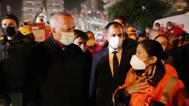 Foto - İzmir'de enkaz bölgelerini gezen Erdoğan yetkilileren bilgi aldı.