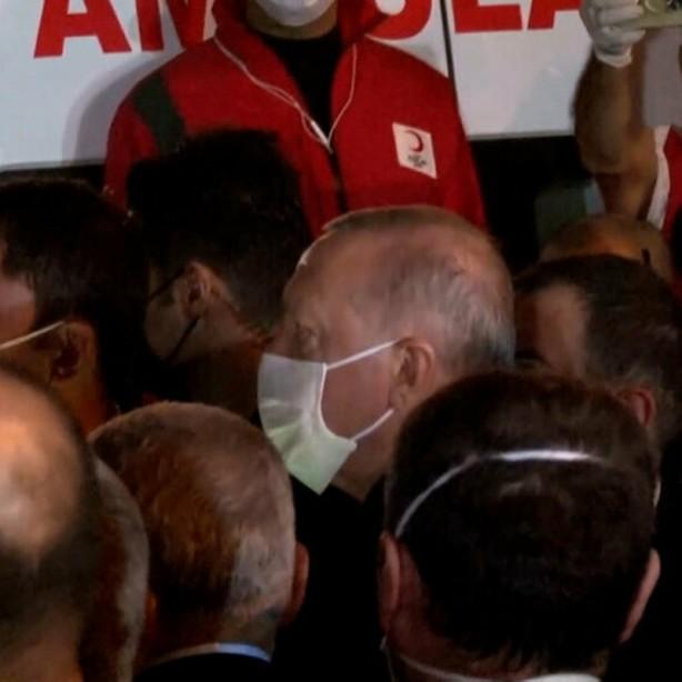 Foto - Vatandaşlarla da selamlaşan Erdoğan'ın kalabalık içinde kalması 'koronavirüs' riski nedeniyle korkuttu.