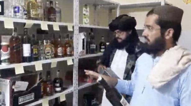 Foto - Afgan Kaynakları: Taliban, Kabil'deki Çek Cumhuriyeti büyükelçiliğine girip alkol deposunu buldu ve bu evin Salahuddin Rabbani'nin evi olduğunu iddia etti. Rabbani, Eşref Ghani'nin hükümetinin çöküşünden sonra Kabil'den kaçan önde gelen bir Taliban karşıtı siyasi liderdi