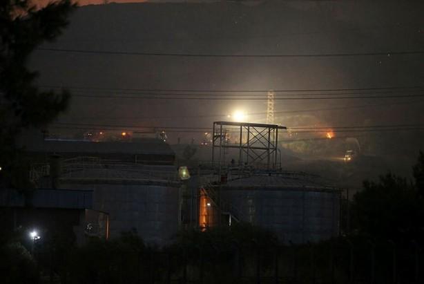 Foto - Milas'ta devam eden orman yangını tüm önlem ve çabalara rağmen termik santrale sıçradı. Saat 21.00 sıralarında termik santralin elektrik iletim tellerinden de kıvılcımlar düşmeye başladı.