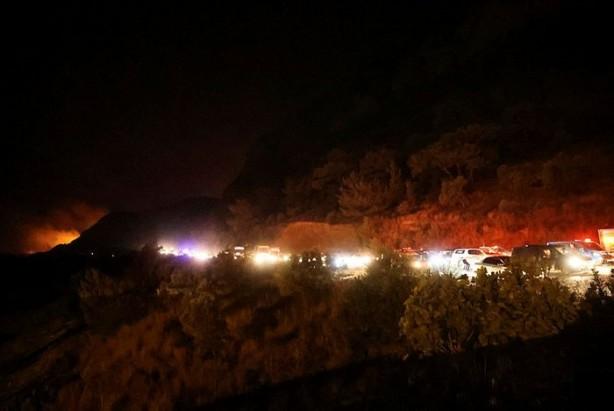 Foto - SANTRALDE ALINAN ÖNLEMLERLE YANICI MADDELER TAHLİYE EDİLDİ - Muğla Milas'ta devam eden orman yangını, Bağdamları Mahallesi'nde bulunan ve Türkiye'nin 30'uncu büyük elektrik ve 4'üncü büyük linyit santrali olan Kemerköy Termik Santrali'ni tehdit edince, her ihtimal gözönünde bulundurularak önlemler alındı.