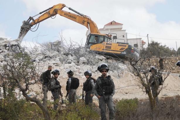 Terörist İsrail askerleri Filistinlilere ait iki evi daha yıktı