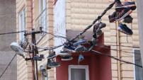 Ayakkabı çalıp elektrik kablolarına astılar