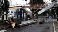 Vincin çarptığı yaya üst geçidi, metro hattının üzerine çöktü