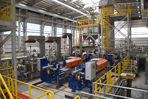 Foto - Bu tesisle 2.7 milyon ton cevher yıllık işliyoruz. Sıvı atık 433 bin ton çıkıyor. Tesisle birlikte 600 ton lityum, 45 bin ton boraks deka ve 340 bin ton saf su elde ediyorsunuz. 433 bin ton atık, 47 bin ton sıvı ve 500 ton katı olmak üzere toplamda 48 bin ton atığa dönüşüyor. Ekonomisine gelirsek lityum 600 ton, ortalama 20 bin dolardan 12 milyon dolar. 45 bin ton boraks deka 20 milyon dolar. Toplam kazanç 32 milyon dolar. 1.5 milyon dolarlık her yıl atık barajı yapmıyorsun. Yani yıllık 33.5 milyon dolarlık atık getirisi oluyor. Tesisi kurunca 3-4 yılda kendini amorti edecek.
