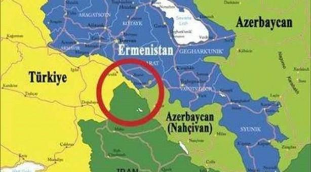 Foto - Zengezur bölgesi de tıpkı Karabağ gibi yoğun Azeri Türk'ünün yaşadığı bir bölgeydi. Ermeni yazar Stepan Zavaryan'a göre, 1905-1906 yıllarında Ermeniler sadece Zengezur bölgesinde 43 Müslüman Türk köyünü yıktılar. 1905-1920 arasında sadece bu bölgede 166 Türk köyü yakılarak Türk çoğunluk göçe zorlandı.