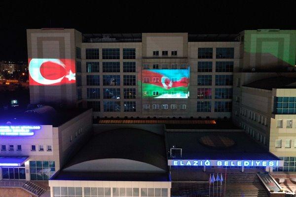Foto - Elazığ Belediyesi hizmet binasına Azerbaycan ve Türk bayrakları yansıtıldı.