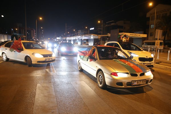 Foto - Türk ve Azerbaycan bayrakları açan vatandaşlar, sloganlarla da Azerbaycan'a destek verdi.