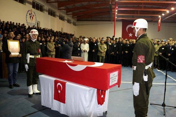 Foto - Törene katılan AK Parti Genel Başkan Yardımcısı Mahir Ünal, baba Saygılı'yı elini tutarak teskin etmeye çalıştı. Güçlükle ayakta duran şehidin yakınlarını protokol üyeleri teselli etti. <br> İl Müftüsü Celal Sürgeç'in kıldırdığı cenaze namazının ardından şehidin naaşı, Beyoğlu Mahallesi'ndeki mezarlığa defnedildi.