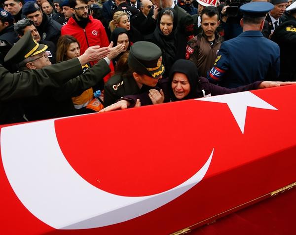 Foto - Develi Devlet Hastanesi morgundan alınan 24 yaşındaki şehit Taşöz'ün naaşı, babaevinde helallik alınmasının ardından Çarşı Camisi'ne getirildi.