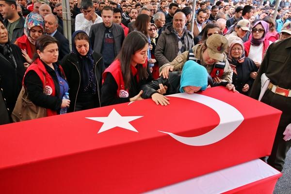 Foto - OSMANİYE <br> Suriye'nin İdlib kentinde rejim unsurlarının hava saldırısı sonucu şehit olan Piyade Uzman Onbaşı Batuhan Tank'ın cenazesi, memleketi Osmaniye'nin Kadirli ilçesinde toprağa verildi.