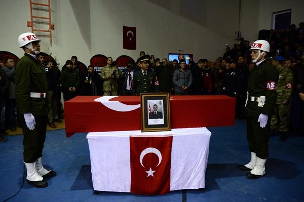 Foto - TEKİRDAĞ <br> Suriye'nin İdlib kentinde Esed rejimi unsurlarının hava saldırısı sonucu şehit olan Uzman Onbaşı Birhan Er'in naaşı, Tekirdağ'ın Çorlu ilçesinde toprağa verildi. Çorlu Devlet Hastanesi morgundan alınan 23 yaşındaki Er'in naaşı, Hacı Mehmet Şirikçi Camisi'ne götürüldü. Buradaki törene, şehidin ailesi ve yakınlarının yanı sıra TBMM Başkanı Mustafa Şentop, Vali Aziz Yıldırım, AK Parti Tekirdağ milletvekilleri Mustafa Yel ve Çiğdem Koncagül, CHP Tekirdağ milletvekilleri İlhami Özcan Aygun ve Candan Yüceer, İYİ Parti Tekirdağ Milletvekili Enez Kaplan, Büyükşehir Belediye Başkanı Kadir Albayrak, diğer protokol üyeleri ve vatandaşlar katıldı.
