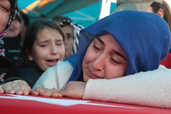 Foto - BİNGÖL <br> Suriye'nin İdlib kentinde Esed rejiminin saldırısı sonucu şehit olan Piyade Astsubay Muharrem Öğütcü'nün cenazesi, Bingöl'ün Karlıova ilçesinde toprağa verildi. Karlıova Devlet Hastanesi morgundan alınan 25 yaşındaki şehit Öğütcü'nün naaşı, ambulansla Merkez Ulu Camisi'ne getirildi. Törende Kur'an-ı Kerim ve şehidin öz geçmişi okundu. AK Parti Genel Başkan Yardımcısı Cevdet Yılmaz, yaptığı konuşmada, şehitlere Allah'tan rahmet, yakınlarına başsağlığı diledi. Şehidin cenazesi, İl Müftüsü Muharrem Genç'in öğle vakti kıldırdığı namazın ardından Suçatı köyü mezarlığına defnedildi.