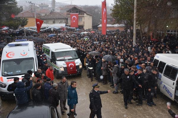 Foto - ZONGULDAK <br> Suriye'nin İdlib kentinde rejim unsurlarının hava saldırısı sonucu şehit olan Piyade Uzman Çavuş Tolga Can Yılmaz'ın cenazesi, memleketi Zonguldak'ın Çaycuma ilçesinde toprağa verildi.