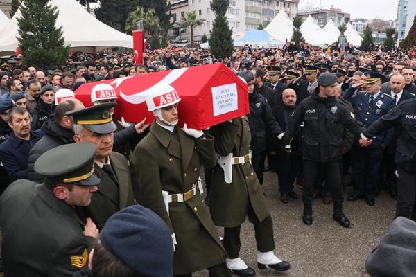 Foto - İkindi namazını müteakip Ağacabey Camisi'nde düzenlenen törene, Milli Savunma Bakanı Akar, Kara Kuvvetleri Komutanı Orgeneral Dündar, Hava Kuvvetleri Komutanı Orgeneral Küçükakyüz ile 2. Ordu Komutanı Korgeneral Sinan Yayla ve Osmaniye Valisi Ömer Faruk Coşkun'un yanı sıra çok sayıda vatandaş katıldı.