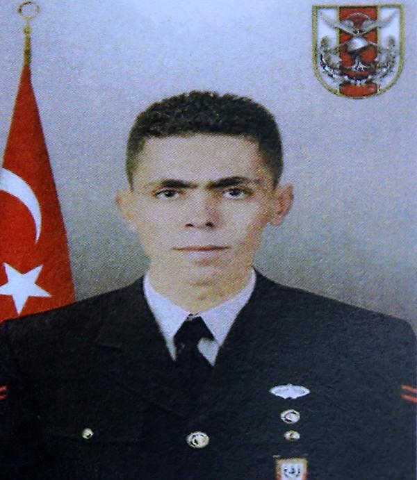 Foto - Şehit Kurtulmuş'un Türk bayrağına sarılı naaşı, uçakla getirildiği Muş Hava Meydan Komutanlığı'ndan, ambulansla Güroymak ilçesindeki Gençlik Merkezi Spor Salonu'na götürüldü.