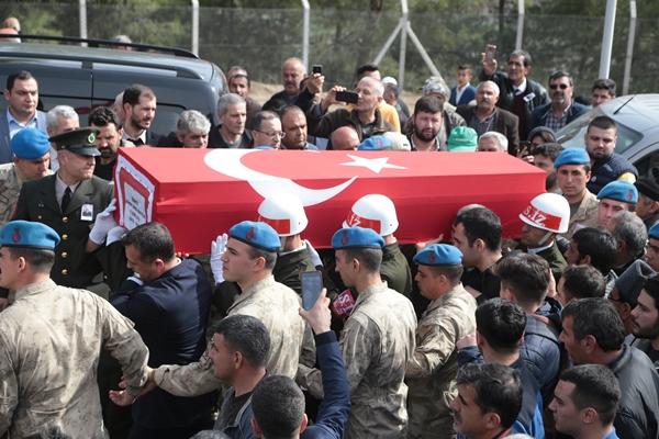 Foto - Türkiye'yi yasa boğan acı haberin ardından kahraman askerlerimizin cenazeleri ailelerinin yanına memleketlerine gönderildi. Şehitler için birçok ilde tören düzenlendi.