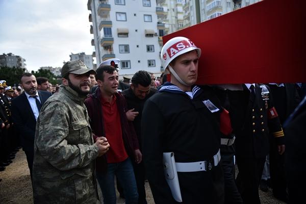 Foto - SAMSUN <br> İdlib'de rejim unsurlarının saldırısı sonucu şehit olan Piyade Uzman Onbaşı Tayfun Pekel'in cenazesi, memleketi Samsun'da toprağa verildi. Şehidin Türk bayrağına sarılı naaşı, cenaze nakil aracıyla evinin önüne getirildi. Burada helallik alınmasının ardından cenaze, merkez İlkadım ilçesindeki tarihi Büyük Cami'ye götürüldü.
