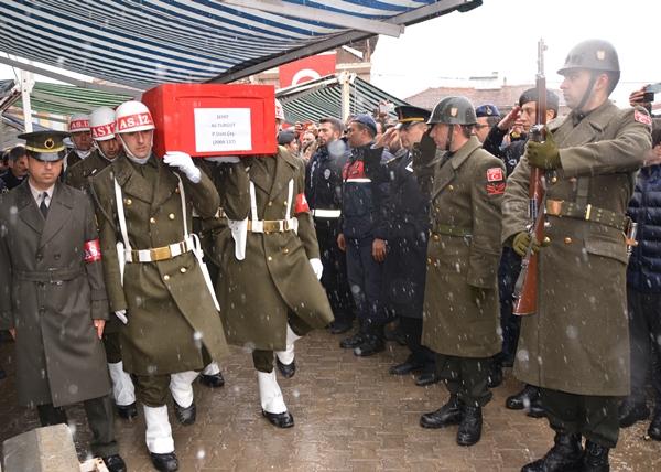 Foto - Şehit Cankara'nın cenazesi, daha sonra silah arkadaşlarının omuzlarında top arabasına götürüldü. Anne Özgüner, oğlunun tabutuna sarılarak,