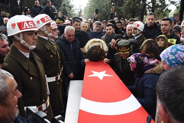 Foto - İl Müftüsü Şükrü Kabukçu tarafından kıldırılan cenaze namazının ve helallik almasının ardından Şahin'in naaşı Dinar Asri Mezarlığındaki şehitlikte defnedildi.