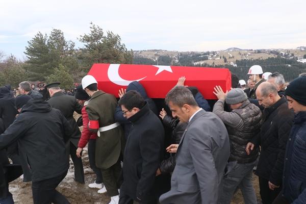 Foto - İZMİR <br> Suriye'nin İdlib kentinde Esed rejimi unsurlarının hava saldırısı sonucu şehit olan 23 yaşındaki Uzman Onbaşı Ahmet Alpaslan, İzmir'de son yolculuğuna uğurlandı. Şehit Alpaslan için Gaziemir ilçesindeki Gülhane Cami önünde tören düzenlendi. <br>Şehidin annesi Latifa, babası İbrahim, kız kardeşleri Berivan ve Dilan Alpaslan'ın taziyeleri kabul ettiği törene Tarım ve Orman Bakanı Bekir Pakdemirli, İzmir Valisi Erol Ayyıldız, İzmir Büyükşehir Belediye Başkanı Tunç Soyer, Ege Ordusu Komutanı Korgeneral Ali Sivri, İl Emniyet Müdürü Hüseyin Aşkın, AK Parti Genel Başkan Yardımcısı Hamza Dağ, milletvekilleri ve çok sayıda vatandaş katıldı.