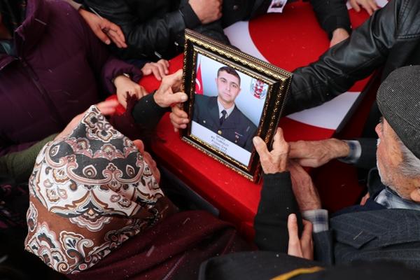Foto - Adıyaman Eğitim ve Araştırma Hastanesi morgundan alınan 25 yaşındaki şehit Mehmet Orhan'ın Türk bayrağına sarılı naaşı, Fatih Mahallesi'ndeki babaevine götürüldü.