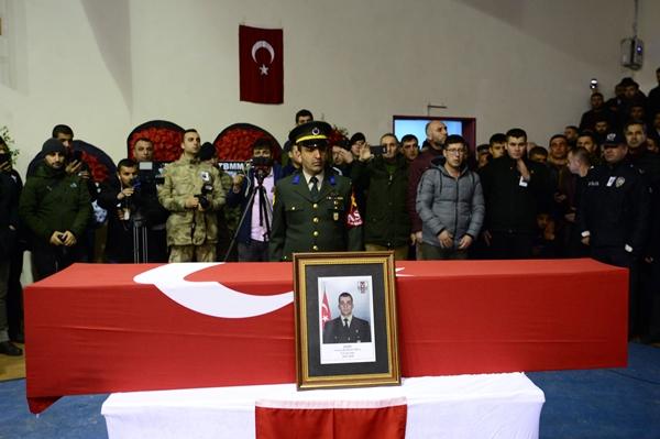 Foto - Şentop, şehidin annesi Fahriye ve babası İhsan Er'e taziye dileklerini iletti. Şehit Er'in naaşı, öğle namazına müteakip kılınan cenaze namazının ardından Çorlu Şehitliği'ne defnedildi.