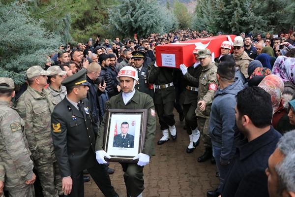 Foto - Şehidin Türk bayrağına sarılı tabutu, askerlerin omuzlarında cenaze nakil aracına konulduğu sırada baba Tacettin ve anne Tülay Yılmaz ile yakınları gözyaşlarına hakim olamadı.