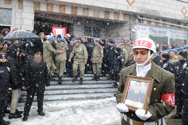 Foto - Antalya Müftüsü Osman Artan'ın, kıldırdığı cenaze namazının ardından Korkmaz'ın cenazesi, tekbirler eşliğinde mahalle mezarlığına defnedildi.