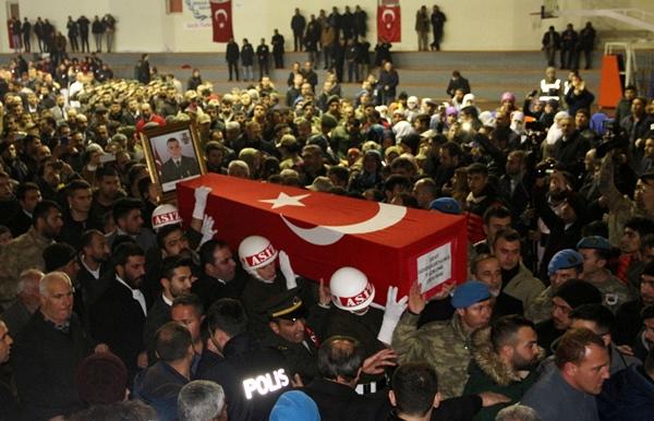 Foto - KAHRAMANMARAŞ <br> Suriye'nin İdlib kentinde Esed rejiminin saldırısı sonucu şehit olan Uzman Onbaşı Ahmet Saygılı'nın cenazesi, memleketi Kahramanmaraş'ın Türkoğlu ilçesinde toprağa verildi. Şehit Saygılı'nın (23) Türk bayrağına sarılı tabutu, Necip Fazıl Şehir Hastanesi morgundan alınarak konvoy eşliğinde Beyoğlu Mahallesi'ndeki baba ocağına götürüldü.