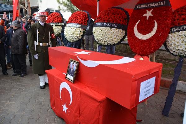 Foto - Törende şehidin eşi Semra Cankara, annesi Döndü Özgüner, babası Adil Cankara ve yakınları gözyaşı döktü. Şehidin yakınlarını, yetkililer ve askeri erkan teskin etti.