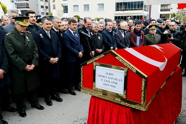 Foto - Burada helallik alınmasının ardından şehidin cenazesi, öğle vakti kılınan cenaze namazının ardından köy mezarlığında defnedildi.