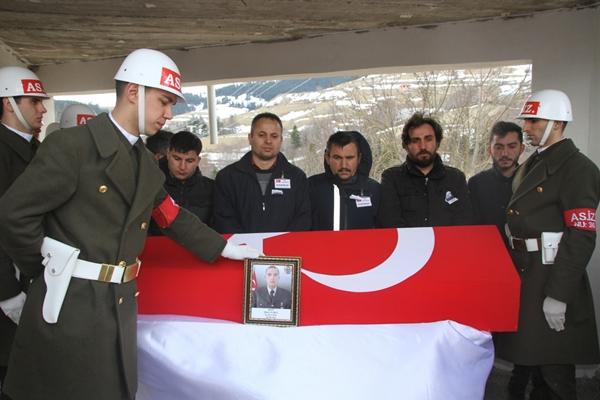 Foto - Şehidin annesi ve kız kardeşleri ile bazı yakınları Türk bayrağına sarılı naaşa sarılıp gözyaşı döktü. <br> Cenaze namazının ardından şehidin naaşı, askerlerin omuzunda top arabasına taşındı. Bu sırada vatandaşlar, tekbir getirip