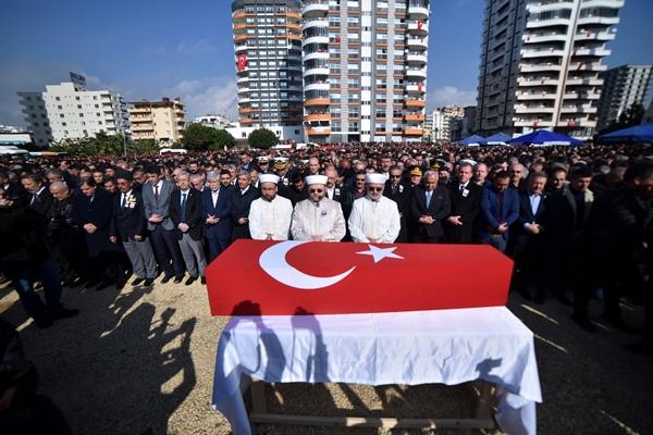 Foto - HATAY <br> Suriye'nin İdlib kentinde rejim unsurlarının hava saldırısı sonucu şehit olan Teğmen Mustafa Bayrakdar'ın cenazesi, memleketi Hatay'ın Antakya ilçesinde toprağa verildi. Şehit Bayrakdar'ın Türk bayrağına sarılı tabutu, merkez Antakya ilçesine bağlı Ekinci Mahallesi'ndeki babaevinden Antakya Mezarlık Kompleksi Camisi'ne getirildi.