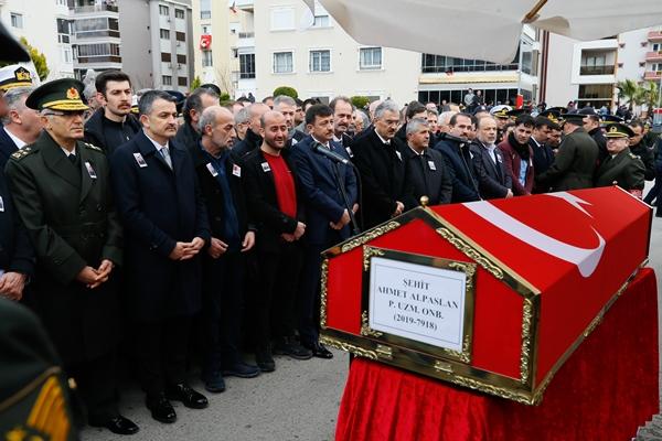 Foto - İl Müftüsü Mehmet Taşçı'nın kıldırdığı cenaze namazının ardından Orhan'ın naaşı, gözyaşları arasında şehitliğe defnedildi. Tören sırasında güçlükle ayakta durduğu görülen şehidin yakınları, protokol üyelerince teskin edilmeye çalışıldı.