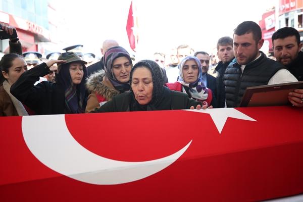 Foto - AK Parti Genel Başkan Yardımcısı Çiğdem Karaaslan da anneyi teskin etmeye çalıştı. Öğle vakti kılınan cenaze namazının ardından askerlerin omuzlarında bir süre taşınarak top arabasına konulan şehidin naaşı, Düvecik Mahallesi'ndeki aile kabristanlığında toprağa verildi.