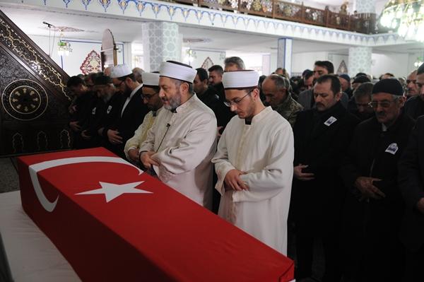Foto - Burada alınan helallik ve duanın ardından Korkmaz'ın cenazesi, törenin yapılacağı Turunçova Kapalı Pazar Yerine getirildi. Bu sırada şehidin babası Salih, annesi Fatma, kardeşleri ile yakınları gözyaşı döktü.