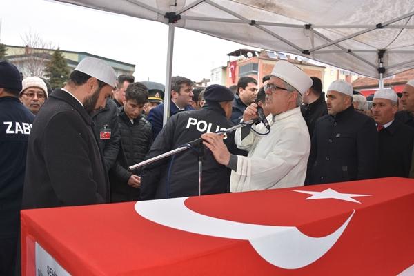 Foto - İl Müftüsü Celal Sürgeç'in kıldırdığı cenaze namazının ardından şehit Baykuş'un naaşı, mahalle mezarlığına defnedildi.