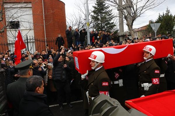 Foto - ADANA <br> Suriye'nin İdlib kentinde rejim unsurlarının hava saldırısı sonucu şehit olan Piyade Uzman Çavuş Selman Cankara'nın cenazesi, memleketi Adana'da toprağa verildi. Şehit Cankara'nın Türk bayrağına sarılı tabutu, merkez Sarıçam ilçesi Gültepe Mahallesi'ndeki babaevinde alınan helalliğin ardından tören için Sabancı Merkez Camisi avlusuna götürüldü.