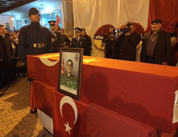 Foto - Şehidin annesi Kezban, babası Osman, kardeşi Pelin ve yakınları gözyaşı döktü. Tabutun başında bekleyen bir askerin gözyaşını şehit yakınının silmesi dikkati çekti. İl Müftüsü Şaban Kondi'nin kıldırdığı cenaze namazının ardından şehidin Türk bayrağına sarılı naaşı, askeri tören mangasınca omuzlarda taşınarak sağanak altında top arabasına konuldu. <br> Cami çıkışında vatandaşlar,