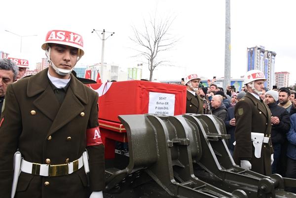 Foto - Şehidin babası Mehmet Şahin törende taziyeleri kabul etti. Cenaze namazı şehidin namazına yetişemeyen vatandaşlar için tekrar kılındı.